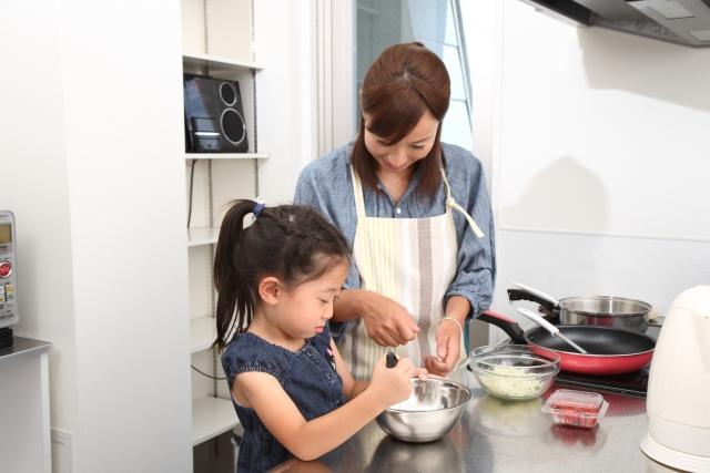 子供と一緒に料理(イメージ)